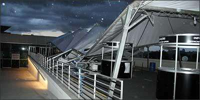 As três barracas que formavam a tenda da entrada principal do Expominas não aguentaram e caíram depois dos fortes ventos - Fotos: Sérgio Rousselet/Especial para o Vrum - 7/12/07