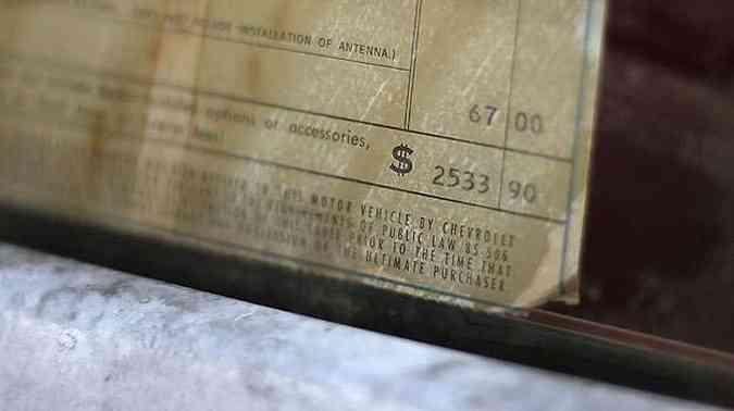 Placa em vidro do carro com preço da época(foto: Jason Kempin/Getty Images for HISTORY/AFP )