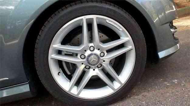 Rodas aro 17 polegadas, com pneus na medida 225/45 -