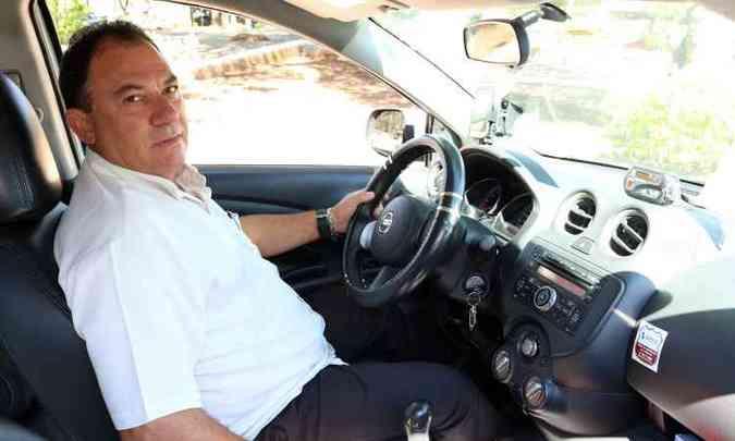 José Nunes e o táxi que dirige quase todos os dias(foto: Nissan/Divulgação)
