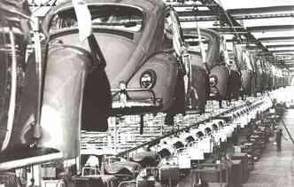 No dia 03 de janeiro de 1959 o primeiro Fusca saiu da linha de produção, totalmente feito no Brasil.(foto: Volkswagen / Divulgação)
