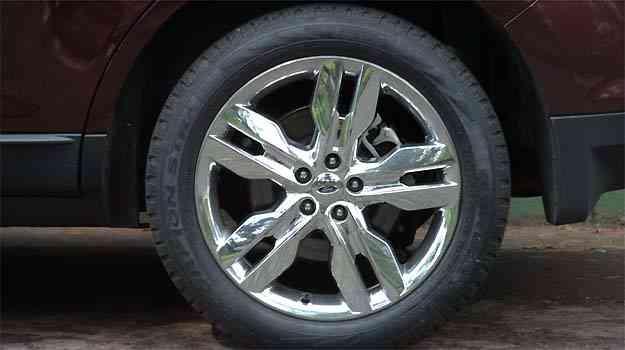 Grandes rodas de 20 polegadas com acabamento cromado reforçam o ar moderno do crossover -