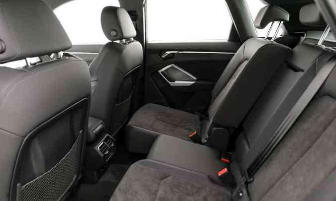 Espaço no banco traseiro é bom e os passageiros contam com entradas USB e saídas de ar-condicionado(foto: Chris Castanho/Audi/Divulgação)