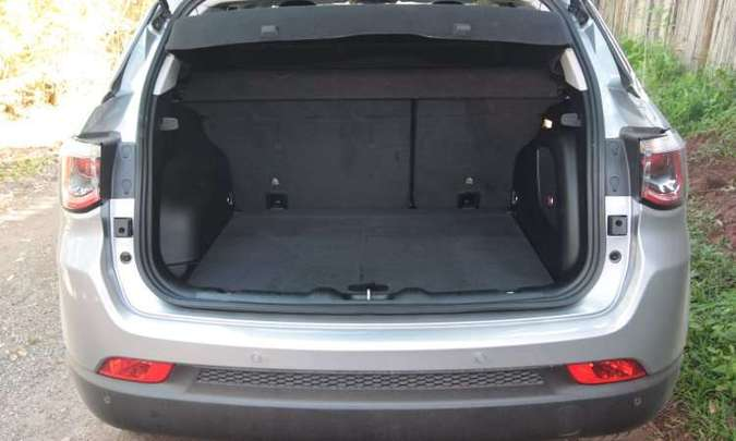 Porta-malas é razoável, com volume de 410 litros, porém abriga o estepe(foto: Jair Amaral/EM/D.A Press)