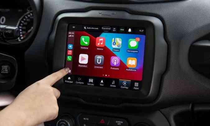 O motorista tem acesso as várias funções da plataforma pela tela tátil ou comando de voz(foto: Jeep/Divulgação)