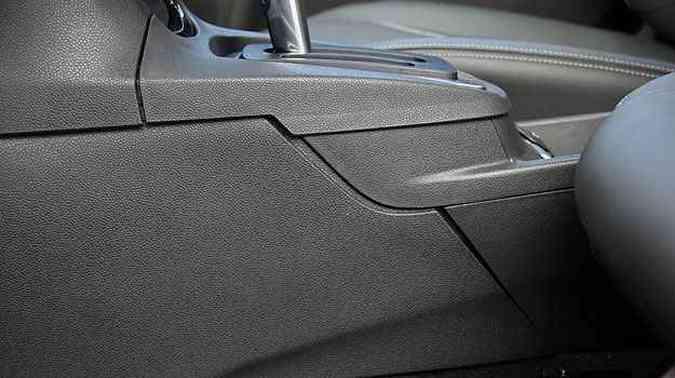 No console central é possível ver que encaixes não são benfeitos(foto: Marlos Ney Vidal/EM/D.A Press)