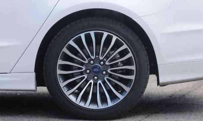 Belas rodas raiadas de liga leve aro 18 polegadas(foto: Leandro Couri/EM/D.A Press)