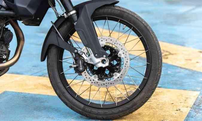 As rodas da F 850 são raiadas, sendo a dianteira com aro de 21 polegadas(foto: BMW/Divulgação)