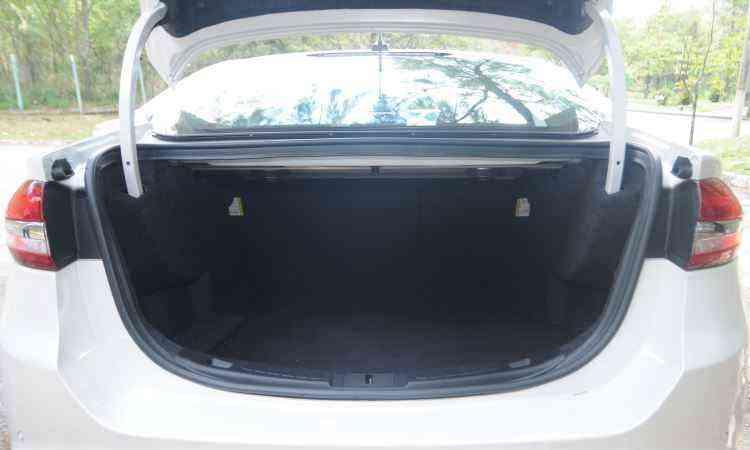Com 514 litros, o porta-malas dá conta de toda a bagagem da família - Leandro Couri/EM/D.A Press