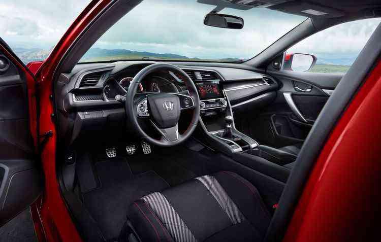 Parte interna ganha bancos dianteiros esportivos com costura vermelha e logotipos da marca, além da ilumanção também vermelha no painel em TFT - Honda/Divulgação