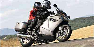 Piloto e garupa devem inclinar juntos nas curvas - BMW/Divulgação