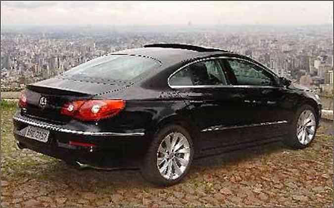 A traseira no estilo fastback e o ar de cupê de quatro portas tornam o carro ainda mais bonito
