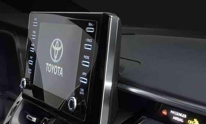 A central multimídia com tela de oito polegadas perdeu o acabamento na parte de traz que lembrava uma TV com tubo(foto: Toyota/Divulgação)