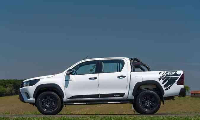 A versão Challenge é identificada também por adesivos nas laterais e rodas de 17 polegadas pretas(foto: Toyota/Divulgação)