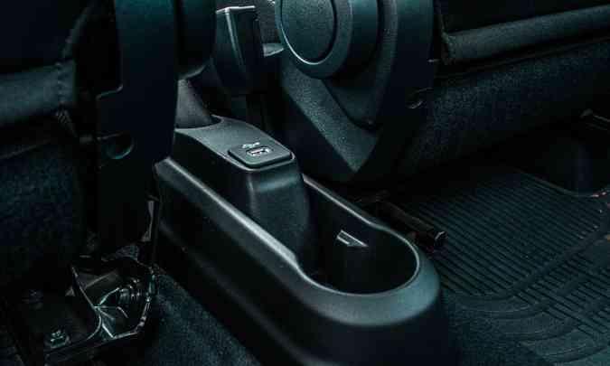 Console muito simples tem apenas uma entrada USB e um nicho para copo ou garrafa(foto: Jorge Lopes/EM/D.A Press)