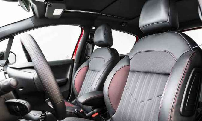 Interior do GT traz bancos envolventes de costura vermelha e soleiras nas portas dianteiras(foto: Peugeot/Divulgação)