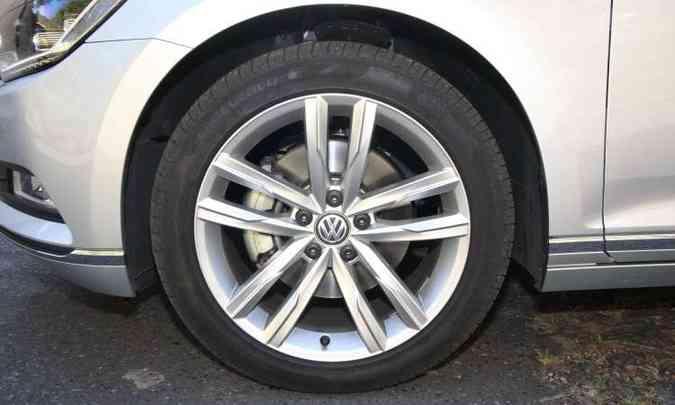 Modelo tem rodas de liga leve de 18 polegadas com pneus de perfil 45(foto: Edésio Ferreira/EM/D.A Press)