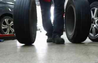 É possível rodar com o pneu avariado sem trocar na hora. Foto: Shilton Araújo / Esp. DP