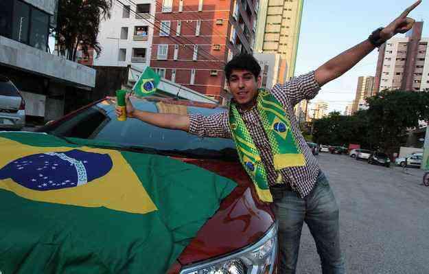 Fernando personalizou seu automóvel com bandeiras, capas para os retrovisores e trombetas - Nando Chiappetta/DP/D.A Press