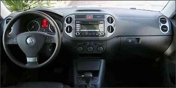 Material emborrachado no painel central e comandos de som e computador no volante(foto: Fotos: Marlos Ney Vidal/EM/D.A Press)