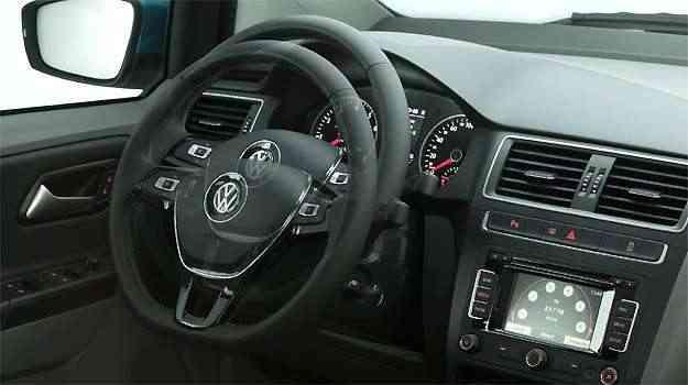 Coluna de direção tem regulagem de altura e profundidade; volante é igual ao do Golf -