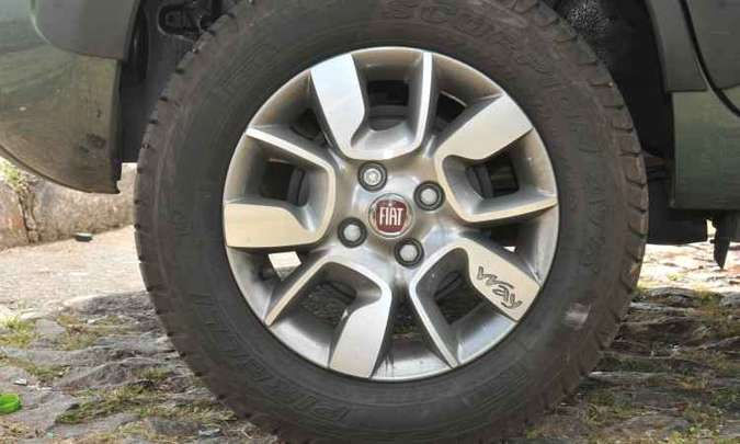 A versão vem equipada com pneus de uso misto na medida 175/65 R14(foto: Jair Amaral/EM/D.A Press)