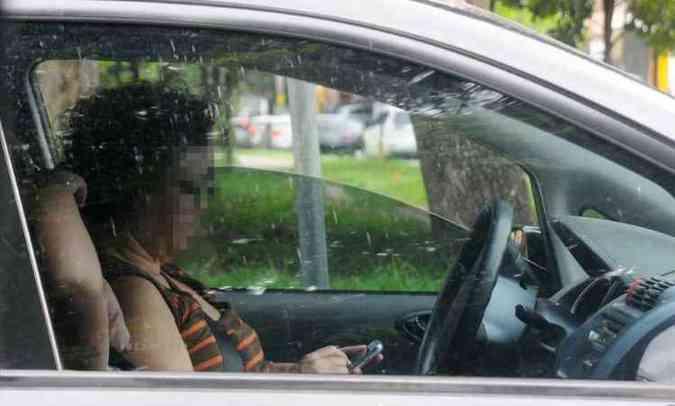 Motorista usa o telefone enquanto diriga. Prática se tornou hábito perigoso(foto: Euler Júnior/EM/D.A Press)