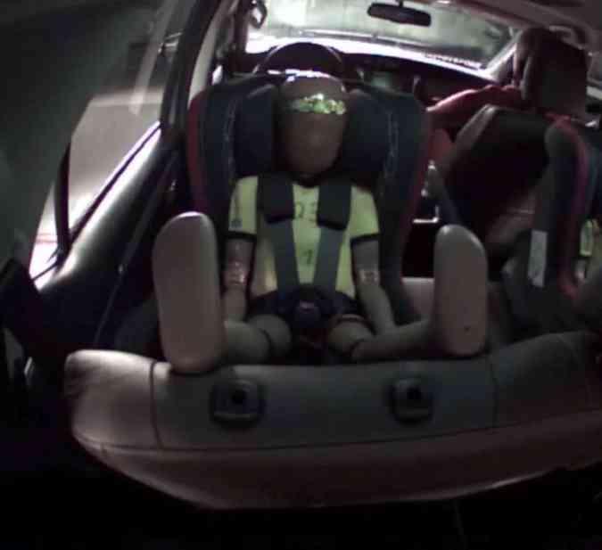 Este ângulo mostra como as pernas do dummie de três anos fica como assento virado para trás(foto: Latin NCAP/Reprodução)