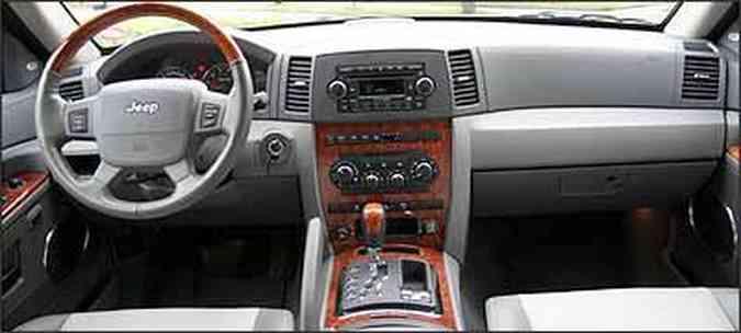 Painel, console central e volante têm apliques de madeira nobre(foto: Fotos: Marlos Ney Vidal/EM - 9/4/07)