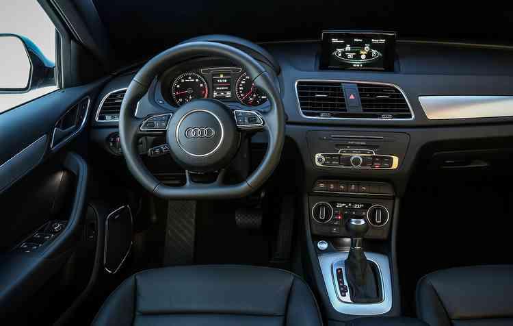 Entre os equipamentos estão ar-condicionado automático de duas zonas, bancos de couro, sensor de luz e chuva e volante multifuncional. Foto: Audi / Divulgação -