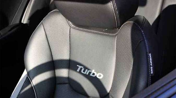Bancos esportivos ganharam o bordado 'Turbo' e abraçam bem o corpo(foto: Marcello Oliveira/EM/D.A PRESS)