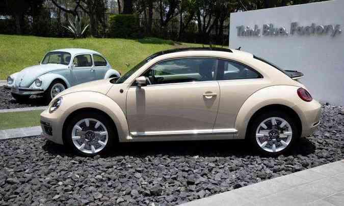 Última série fabricada da terceira geração do Beetle ao lado da última fornada de 2003(foto: Juan Carlos Sanchez)