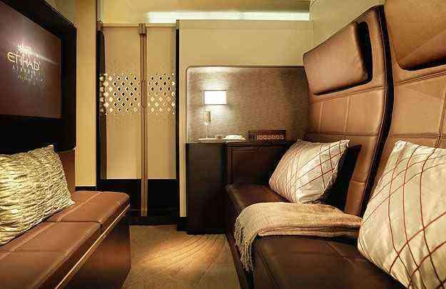 Categoria Residence oferece uma sala de estar, com poltrona, mesas e frigobar - Etihad/Divulgação