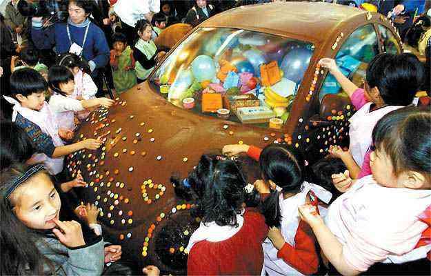 No Japão, para comemorar o Dia dos Namorados, um VW New Beetle foi totalmente coberto com chocolate - ATR/AFP