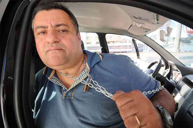 Fábio Freitas se acorrentou a um Fiat Palio Fire exposto na loja para chamar a atenção de autoridades(foto: Beto Novaes/EM/D.A Press)