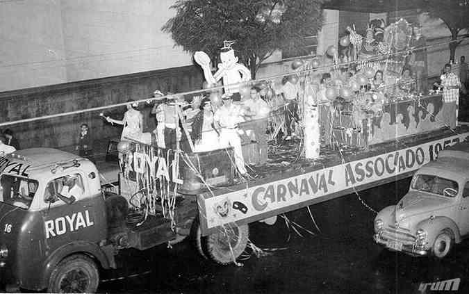Desfile do carro alegórico Batalha Real, promovido pelos Diários Associados, em 1957(foto: Arquivo EM)