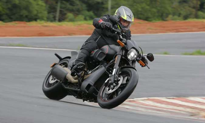 A suspensão dianteira é invertida e o pneu traseiro é extralargo, com medida de 240/40(foto: Mário Villaescusa/Harley-Davidson/Divulgação)