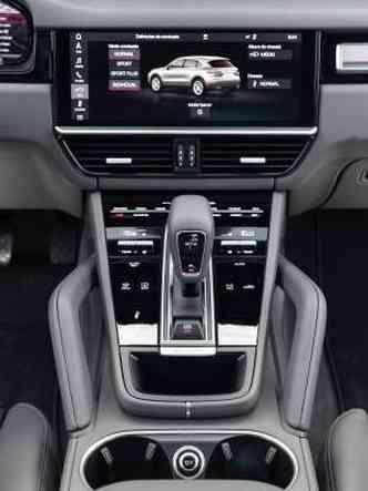 O câmbio automático de oito velocidades e a moderna central multimídia são destaques(foto: Enio Greco/EM/D.A Press)