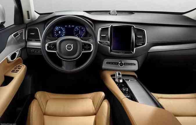 Modelo possui central multimídia de 9 polegadas sensível ao toque, que permite aos motorista e passageiro controlarem o sistema de som (foto: Volvo/Divulgação)