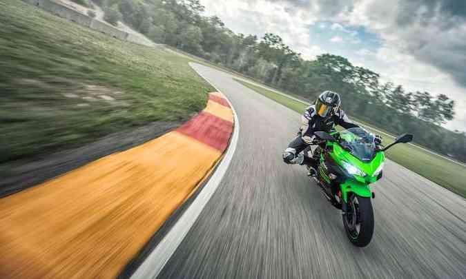 A suspensão dianteira é convencional, não invertida(foto: Kawasaki/Divulgação)