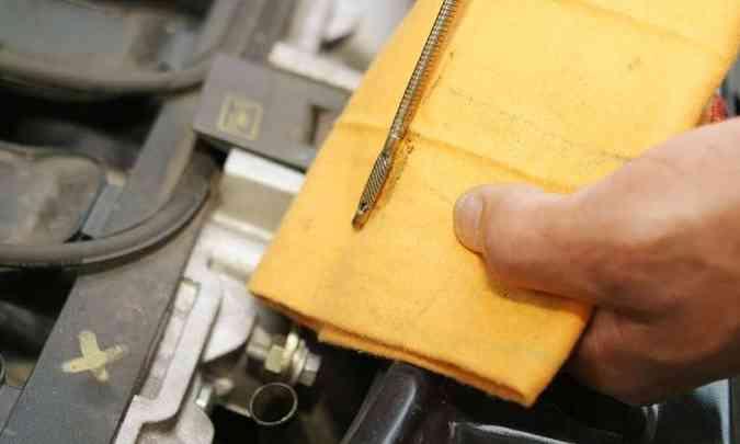 Limpar a vareta com estopa ou pano sujo não é recomendado. O ideal é toalha de papel, para não contaminar o óleo novo(foto: Eduardo Rocha/RR)