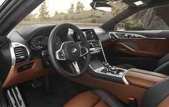 Interior conta com duas telas de alta resolução. Foto: BMW / Divulgação