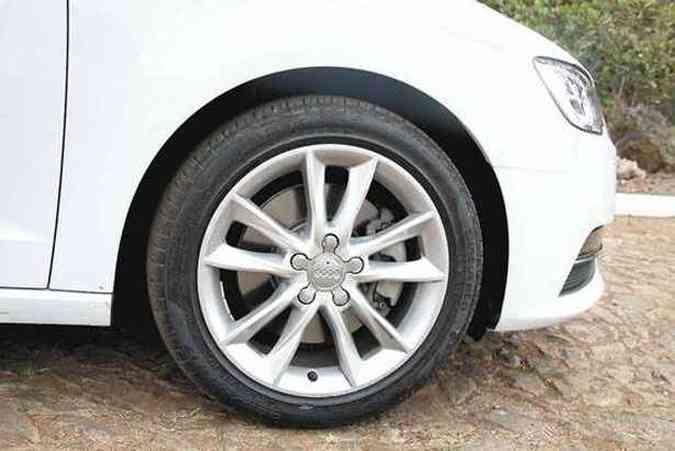 Desenho esportivo das rodas de liga de 17 polegadas mostra os discos de freio(foto: Marlos Ney Vidal/EM/D.A Press)