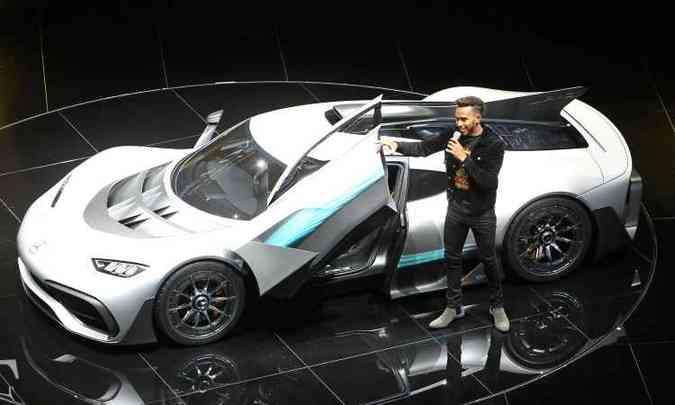 O piloto Lewis Hamilton apresentou o Mercedes-Benz Project One(foto: Daniel Roland e Tobias Schwarz/AFP)