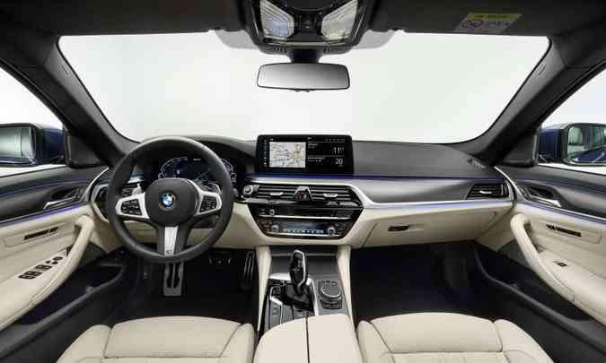 O interior tem acabamento sofisticado e multimídia com Apple CarPlay que transfere informações para o Head Up Display(foto: BMW/Divulgação)