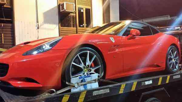 A Ferrari, avaliada em R$ 950 mil, era conduzida por mulher que recusou fazer o teste do bafômetro  - Detran/Divulgação