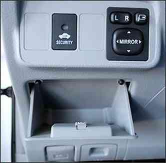 Pequeno porta-malas sob o painel e regulagens de retrovisores