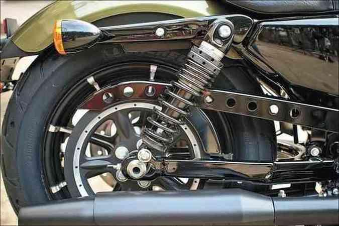 A suspensão traseira dupla da Iron 883 foi modernizada(foto: Harley-Davidson/Divulgação )
