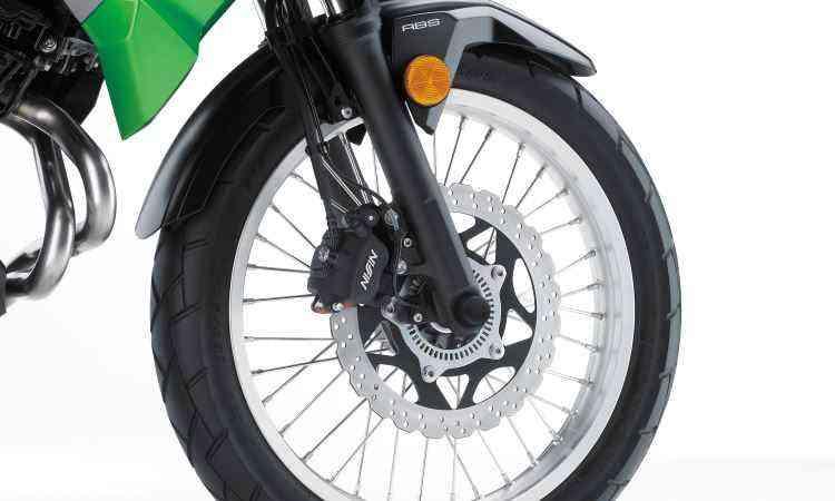 As rodas são raiadas, mas os pneus mais apropriados para o asfalto - Kawasaki/Divulgação