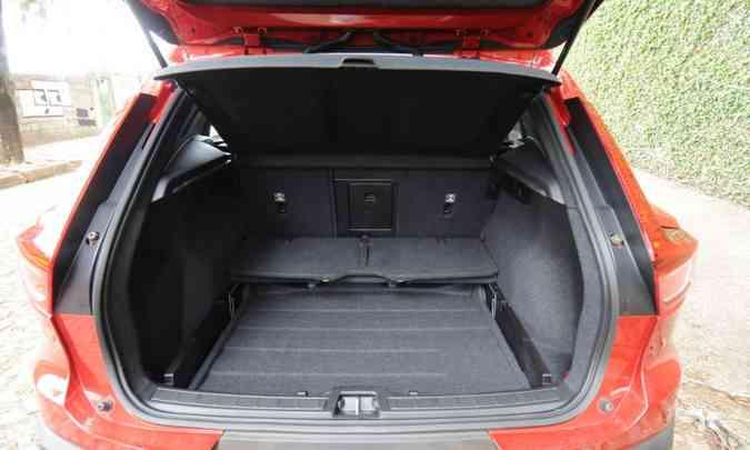 Porta-malas tem compartimento para objetos pequenos(foto: Leandro Couri/EM/D.A Press)